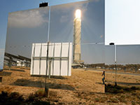 המגדל התרמו–סולארי משתקף באחת המראות בנוה אשלים / צילום: איל יצהר, גלובס