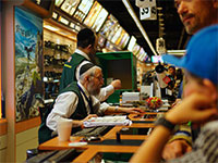 """עובד אימפריית הצילום B&H בסניף מנהטן. למה בארה""""ב החרדים כן עובדים / צילום: shutterstock, שאטרסטוק"""