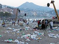 שקיות ניילון בחוף הים / צילום: רויטרס, Jon Nazca