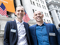 """ראובן הריסון (מימין) ורובי כיטוב, מייסדי חברת תופין (Tufin), בבורסת ניו יורק / צילום: יח""""צ"""