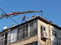 """עובדים על גג בפ""""ת / צילום: גיא ליברמן"""