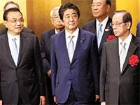 """מימין: ראש הממשלה היפני לשעבר יאסואו פוקודה, רה""""מ יפן הנוכחי שינזו אבה וראש ממשלת סין, לי קצ'יאנג / צילום: KIM KYUNG-HOON  , רויטרס"""