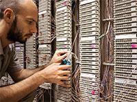 """מרכז נתונים בארה""""ב. 70% מתעבורת הרשת העולמית עוברת בצפון וירג'יניה   / צילום: shutterstock, שאטרסטוק"""