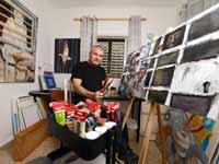 מיקי רוזנטל בסטודיו  / צילום : איל יצהר
