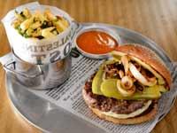 המבורגר וצ'יפס ב־113 שקל / צילום: איל יצהר