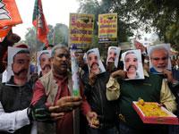 תומכי מודי מניפים את פניו שלו ושל הטייס ההודי שנשבה/ צילום: רויטרס - ANUSHREE FADNAVIS
