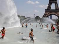 מגדל אייפל בגל החום הקיצוני בצרפת / צילום: REUTERS/Charles Platiau