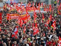 מחאה על תוכנית לצמצם הפנסיה של עובדי חברות ממשלתיות בצרפת / צילום: Jean-Paul Pelissier, רויטרס