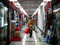 חנויות במתחם השוק הסיטונאי של העיר איוו,/  צילום: רויטרס, Carlos Barria
