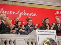 "מנכ""ל ג'ונסון אנד ג'ונסון אלכס גורסקי (במרכז) בחגיגות 75 שנה לרישום החברה בוול סטריט / צילום: Brendan McDermid, רויטרס"