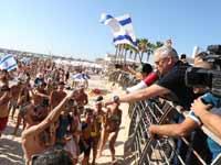גנץ עם פעילים בחוף הים/צילומים: אלעד מלכה, אמיר זיסקינד, רועי שיף