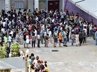 תושבים בהונג קונג עומדים בתור כדי להצביע בבחירות / צילום: Lu Binghui, רויטרס
