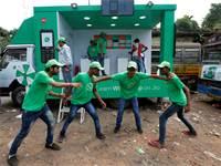 ניידת של ווטסאפ בכלכלתה, הודו / צילום: רויטרס