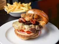 המבורגר עם חלפניו מטוגן/ צילום: איל יצהר