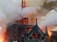 קתדרלת נוטרדאם עולה באש / צילום: BENOIT TESSIER, רויטרס