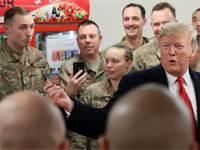 "נשיא ארה""ב דונלד טראמפ בביקור המפתיע בבסיס האמריקני בעיראק / צילום: רויטרס"