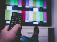 צפייה בטלוויזיה / צילום: Shutterstock