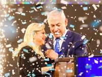 ראש הממשלה ורעייתו בנאום הניצחון הלילה \ צילום: שלומי יוסף