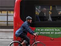 רוכב אופניים סמוך לאוטובוס חשמלי / צילום: Toby Melville, רויטרס