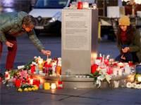 מדליקים נרות לזכר הנרצחים לאחר התקיפה בהאלה, גרמניה / צילום: רויטרס, Fabrizio Bensch