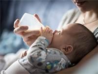 תינוק ניזון מחלב אם / צילום: שאטרסטוק