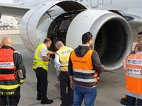 בדיקת מטוס אל על לאחר נחיתת החירום / צילום: דוברות רשות שדות התעופה