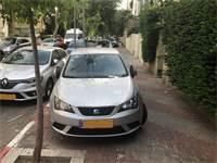 רכב חונה על המדרכה בתל אביב / צילום: בר לביא, גלובס