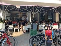 בית קפה בתל אביב בבוקר הבחירות / צילום: שני אשכנזי