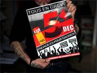 אחד מהמפגינים מחזיק שלט עם התאריך הרשמי של השביתה בפריז / צילום: Stephane Mahe, רויטרס