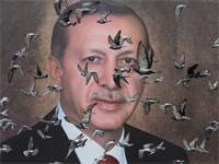 יונים עפות ליד פוסטר של נשיא טורקיה ארדואן / צילום: Goran Tomasevic, רויטרס