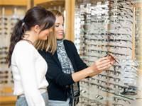 רכישת משקפי ראייה / צילום: שאטרסטוק
