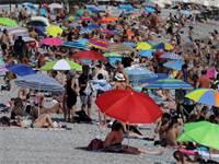 אנשים בחוף ים בעת גל חום בצרפת  / צילום: Eric Gaillard, רויטרס