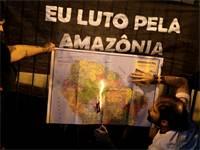 מפגין בסאן פאולו שורף את המפה של יבשת אמריקה בעקבות אדישותו של נשיא ברזיל לשריפות ביערות הגשם / צילום: רויטרס