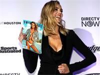 הדוגמנית קייט אפטון עם מגזין של ספורטס אילוסטרייטד / צילום: Mike Segar, רויטרס