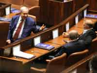 נתניהו משוחח עם עבד אל חכים חאג' יחיא ואחמד טיבי /  צילום: יוסי זמיר