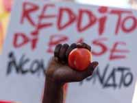 מהגרים מפגינים נגד תנאי ההעסקה הקשים בדרום איטליה/  צילום: GettyImages ישראל