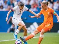"""שחקנית נבחרת הולנד סטפני ואן דר חראט  ושחקנית ארה""""ב טובין הית בגמר המונדיאל/ צילום: רויטרס SIMON HASTEG?RD"""
