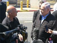 בנימין נתניהו במקום הפיגוע באריאל ומולו ראש העיר אלי שבירו/ דוברות עיריית אריאל