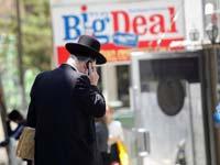 בני ברק חרדי מדבר בסלולר/ צילום: שלומי יוסף
