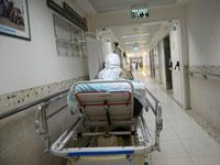 """מיטת חולה במסדרון בביה""""ח רמב""""ם/ צילום: איל יצהר"""
