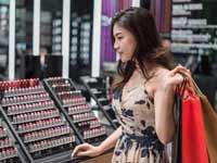 צעירה סינית באמצע קניות/ צילום:  Shutterstock/ א.ס.א.פ קריאייטיב