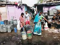 תושבים סוחבים מכלי מים שמילאו ממכלית ממשלתית/ צילום: רויטרס, Adnan Abidi
