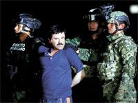"""חואקין גוסמן, אל צ'אפו, מלווה ע""""י שוטרים במקסיקו, 2016. /  צילום: רויטרס, Tomas Bravo"""