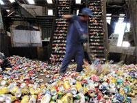 פחיות אלומיניום במפעל מיחזור/ צילום: רויטרס, Paulo Whitaker