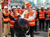 """שר התחבורה ישראל כ""""ץ ועובדים סינים בפרויקט הרכבת הקלה./ צילום: רויטרס"""
