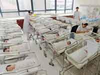 תינוקות בני יומם בבית חולים בסין /צילום: רויטרס