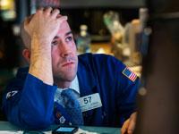 גבר מסתכל על המחשב בדאגה / צילום: רויטרס
