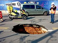 בולען ברחוב ז'בוטינסקי-שנקר, פתח תקווה / צילום: אלירן מעודה
