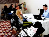 זוג מאור יהודה במשרד מכירות של פרויקט מחיר למשתכן בבש /  צילום:  חן גלילי