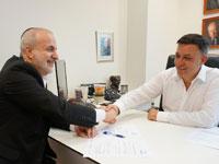 יו״ר העבודה אבי גבאי חותם על אמנת אומ״ץ למינהל תקין  / צילום: יצחק אלרוב